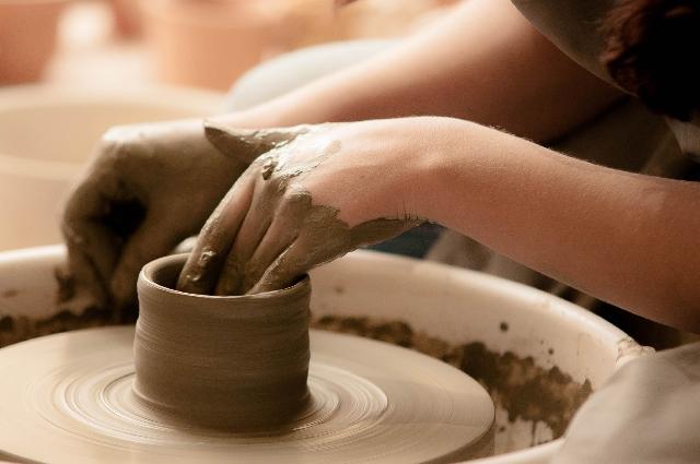 伝統工芸の女性職人の手