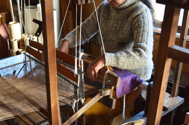 葛布の機織り作業