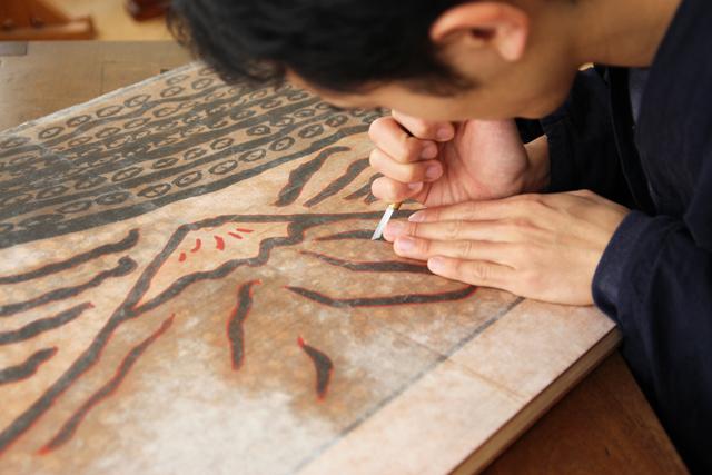 木版画彫師/岸千倉さんの作業風景