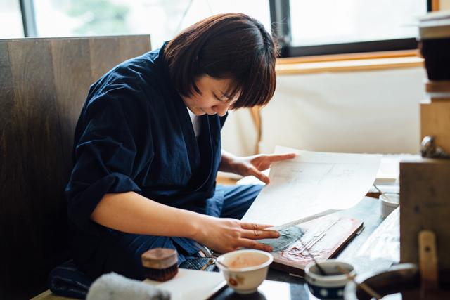 アダチ版画研究所の研修生、山田さん