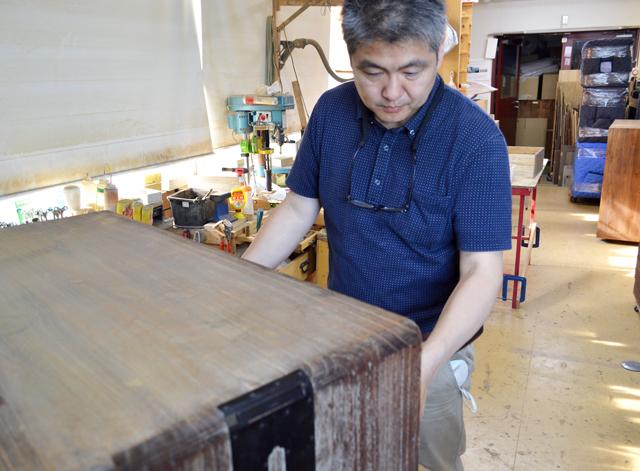 二葉桐箪笥工房の職人、田中英二さんの写真