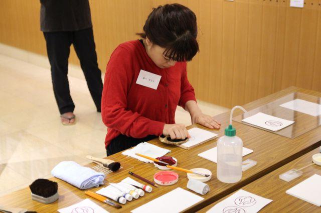 参加者の摺作業の様子